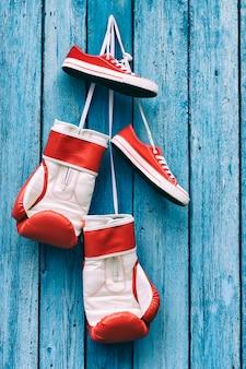 Bokshandschoenen en schoenen die aan de muur hangen