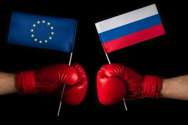 Bokshandschoenen met vlag van de europese unie en rusland. concept van confrontatie en betrekkingen tussen rusland en de europese unie.