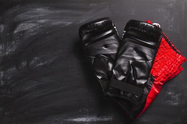 Bokshandschoenen op leisteen oppervlak