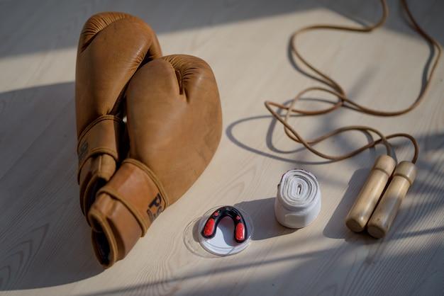 Boksuitrusting op een houten ondergrond