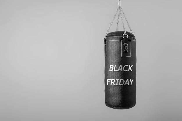 Bokszak hangend met tekst zwarte vrijdag