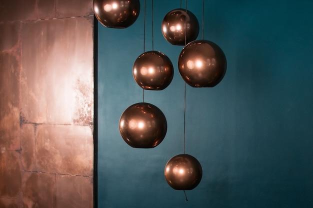 Bol bronzen lampen met turquoise achtergrond