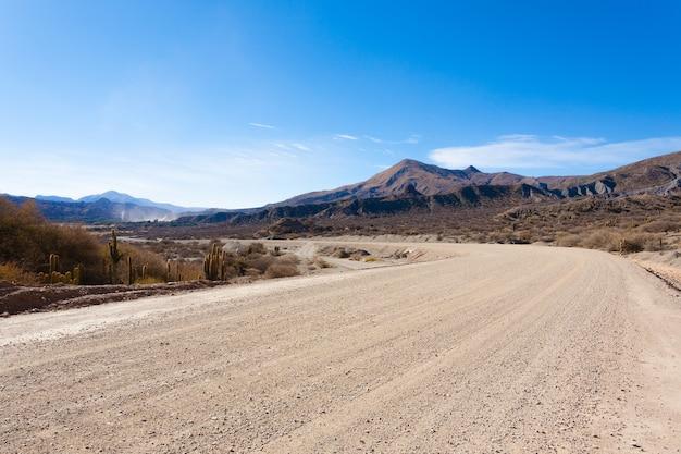 Boliviaanse onverharde weg in de buurt van tupiza, bolivia.quebrada de palmira area.boliviaanse landschap