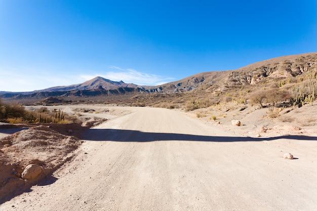 Boliviaanse onverharde weg in de buurt van tupiza
