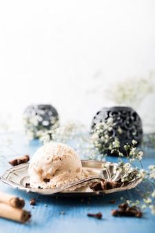 Bolletje huisgemaakt ijs met kaneel