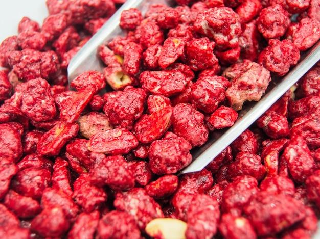 Bolletje popcorn met aardbeiensmaak in een markt