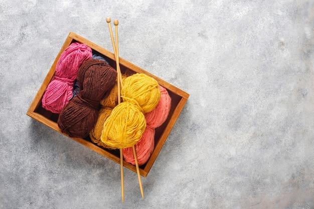 Bolletjes garen in verschillende kleuren met breinaalden.