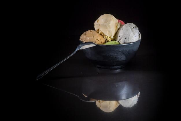 Bolletjes ijs, ijslepels in kopje, gemengd ijs in een ijsbeker