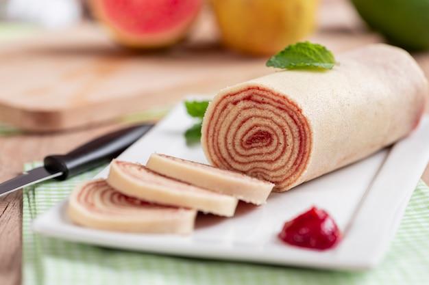 Bolo de rolo (swiss roll, roll cake) typisch braziliaans dessert, uit de staat pernambuco. gesneden cakebroodje gevuld met guavepasta.