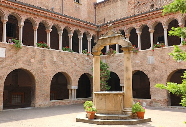 Bologna, italië - 22 juli 2019: kloosters op de binnenplaats van de santo stefano-kerk in bologna, italië