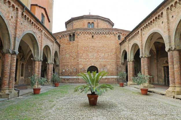 Bologna, italië - 22 juli 2019: santo stefano basiliek is een complex van religieuze gebouwen in bologna, italië