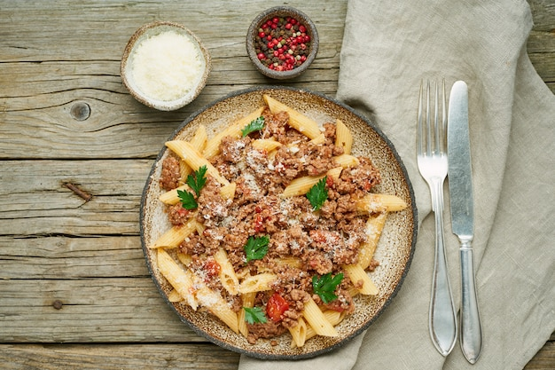 Bolognese pasta. fusilli met tomatensaus, gemalen gehakt. traditionele italiaanse keuken