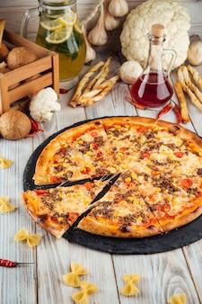 Bolognese pizza met rundergehakt maïs en tomaten