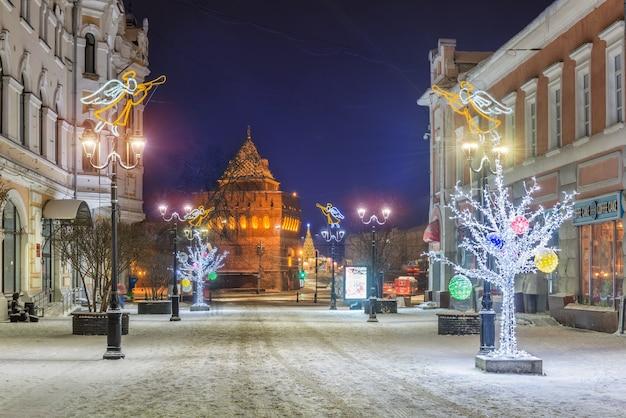 Bolshaya pokrovskaya street in nizhny novgorod en de kremlins dmitrievskaya tower