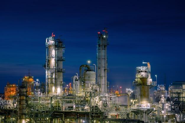 Boltanks voor gasopslag in petrochemische installaties met schemeringhemelachtergrond, glitterverlichting van industriële installaties, productie van vinylchloride-monomeerfabriek