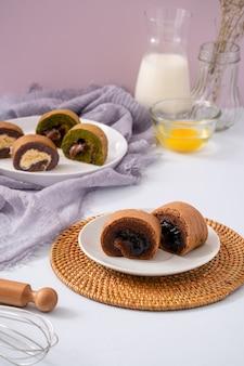 Bolu gulung is een biscuitgebak dat wordt gebakken in een ondiepe pan gevuld met jam en vervolgens uitgerold