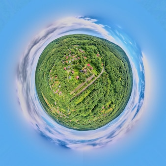 Bolvormig panorama van natuurlandschap. kleine planeet panorama