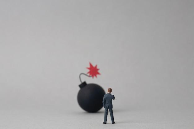 Bom en miniatuur zakenman