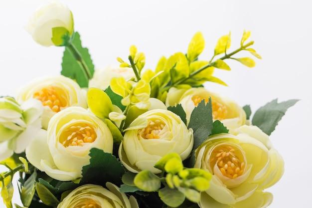 Bomen, bloemen in potten op witte achtergrond