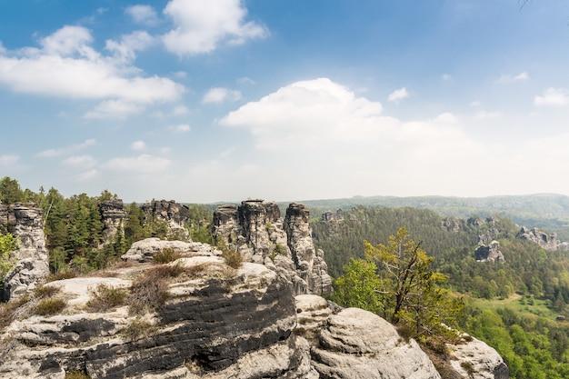 Bomen op de top van rocky mountains, europa aard
