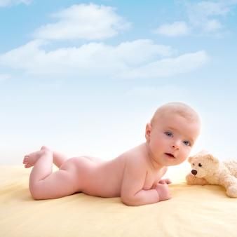 Bond kleine baby blauwe ogen liggend lachend