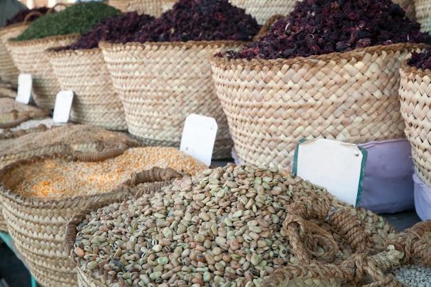 Bonen en ander voedsel in mandjes te koop
