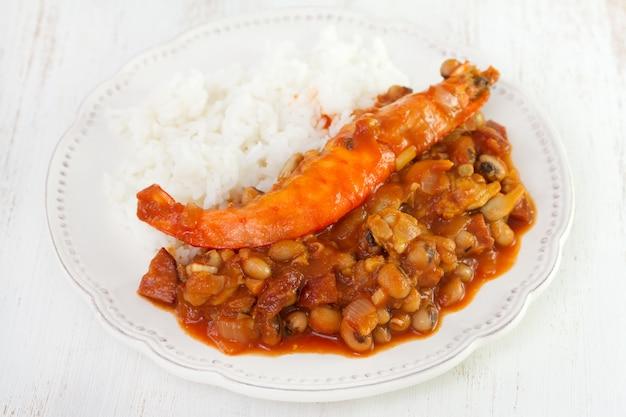 Bonen met zeevruchten en rijst