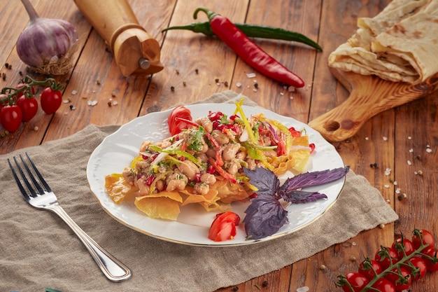 Bonen salade op houten achtergrond, vegetarisch eten