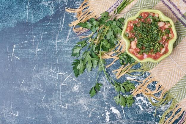 Bonensoep in tomatensaus met kruiden.