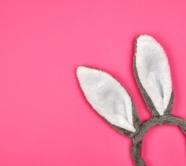 Bont hoofdtooi van een haas met oren op een roze achtergrond
