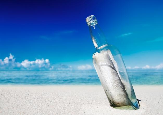 Boodschap in een fles op een strand