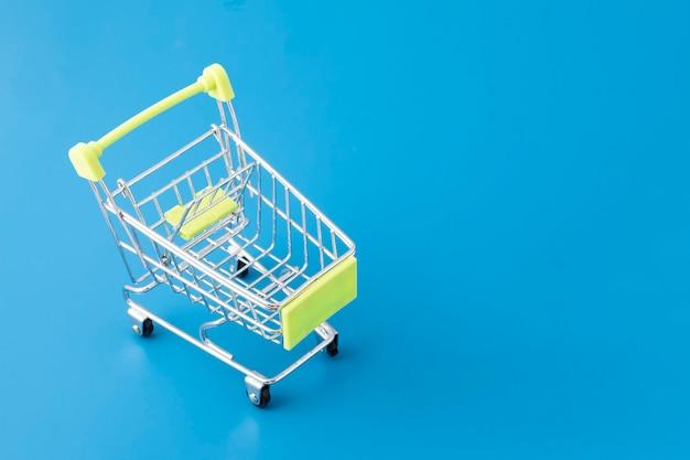 Boodschappen doen in de supermarkt, kar mandje op blauw