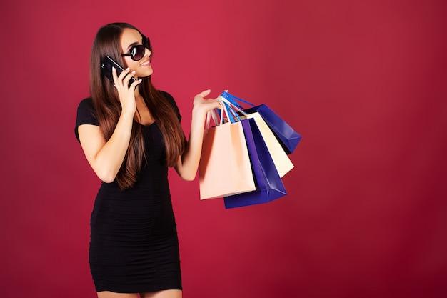 Boodschappen doen. vrouwen die gekleurde zakken houden in zwarte vrijdag