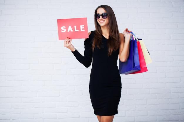Boodschappen doen. vrouwen die kortingsspaties in zwarte vrijdagverkoop houden