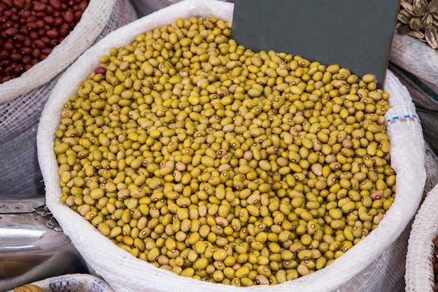 Boodschappen te koop op de gemeentelijke markt van curitiba.