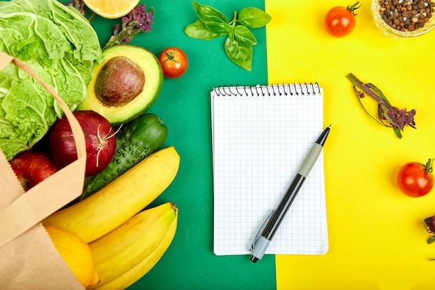 Boodschappenlijst, receptenboek, dieetplan. kruidenier concept.