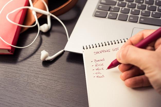 Boodschappenlijstje op het notitieboekje