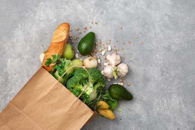 Boodschappentas eten met gezond voedsel met kopie ruimte bovenaanzicht