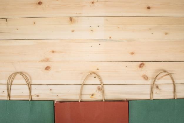 Boodschappentas op houten tafel