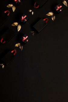 Boodschappentassen en gouden bladeren kopiëren ruimte