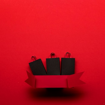 Boodschappentassen en rood lint zwarte vrijdag concept