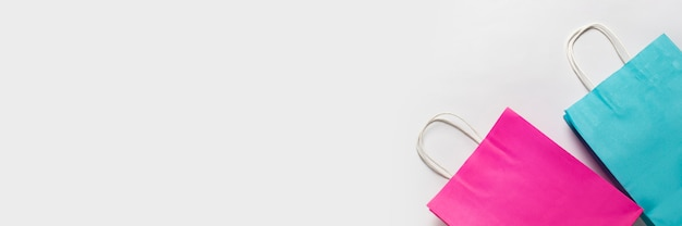 Boodschappentassen op een witte achtergrond. concept winkelen, korting, verkoop. banier