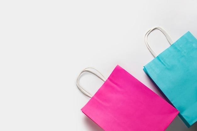 Boodschappentassen op een witte achtergrond. concept winkelen, korting, verkoop.