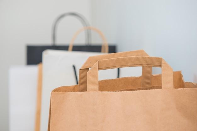 Boodschappentassen op lichtgrijze achtergrond. verkoop, kortingsthema