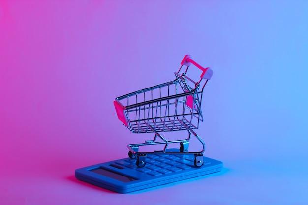 Boodschappentrolley met rekenmachine in trendy neonlicht
