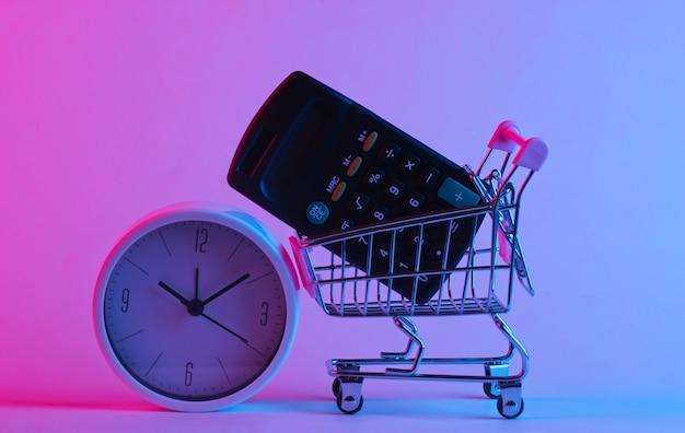 Boodschappentrolley met rekenmachine, klok in trendy neonlicht