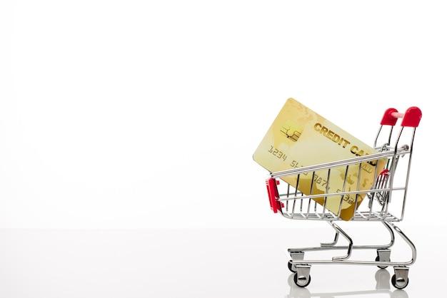 Boodschappenwagentje met creditcard op wit