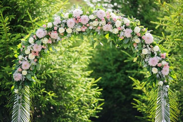 Boog bij een huwelijksceremonie gemaakt van bloemen