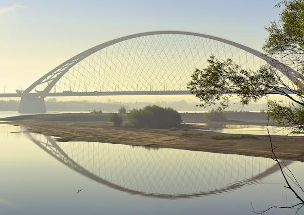 Boog bugrinskij-brug in de ochtendmist. nieuwe autobrug over de grote siberische rivier ob