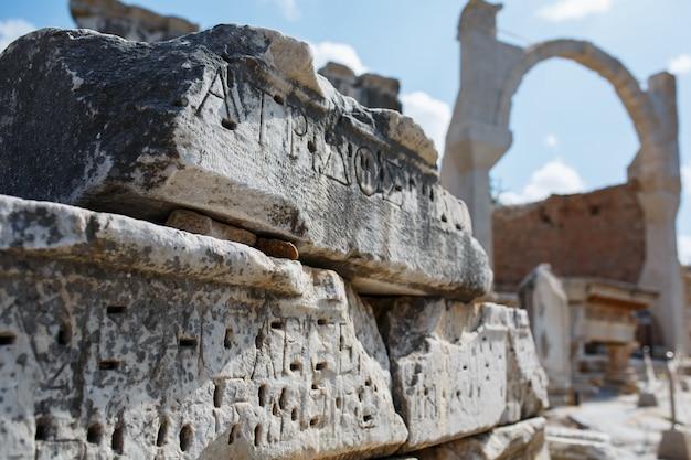 Boog de ruïnes van de oude stad efeze tegen de blauwe hemel op een zonnige dag.